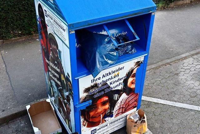 Kleidercontainer in Freiburg stoßen an ihre Grenzen