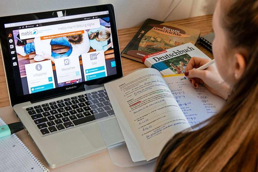 Eine Schülerin nutzt eine digitale Lernplattform von zu Hause aus.   | Foto: Stefan Puchner (dpa)