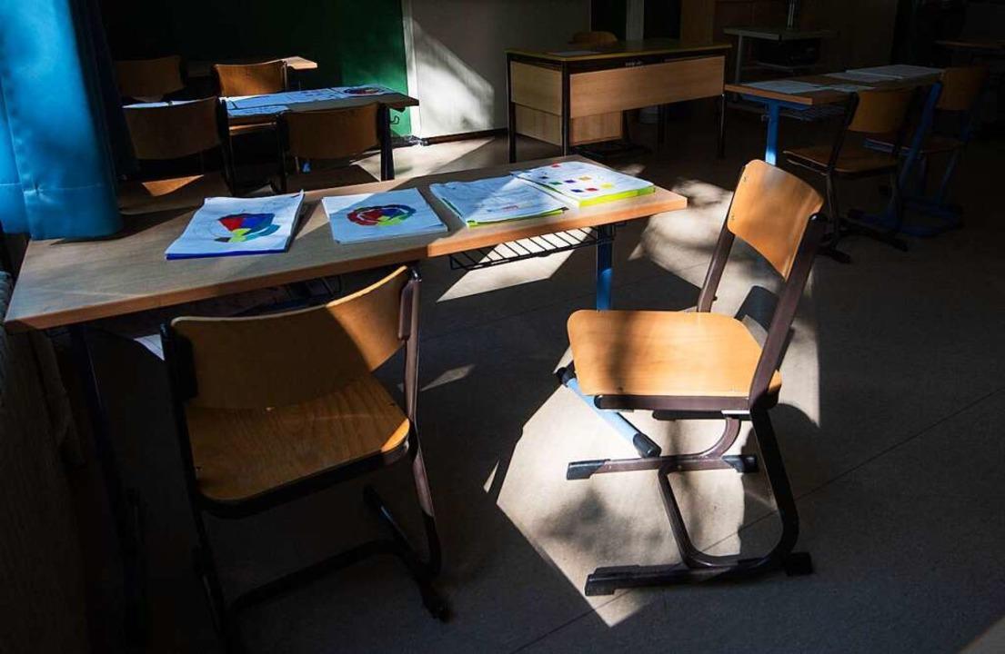 Die Stühle in den Schulen bleiben vorerst leer.  | Foto: Julian Stratenschulte (dpa)