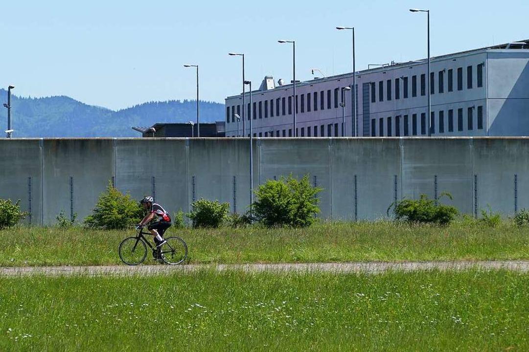 Ein Radler genießt die Freiheit außerh...der Offenburger Justizvollzugsanstalt.  | Foto: Ralf Burgmaier
