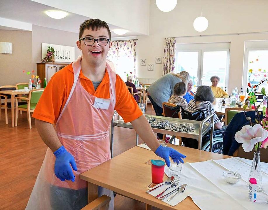 Tomas Hauck hat das Down-Syndrom und a...geheim ein Freiwilliges Soziales Jahr.  | Foto: Klaus Landry (epd)