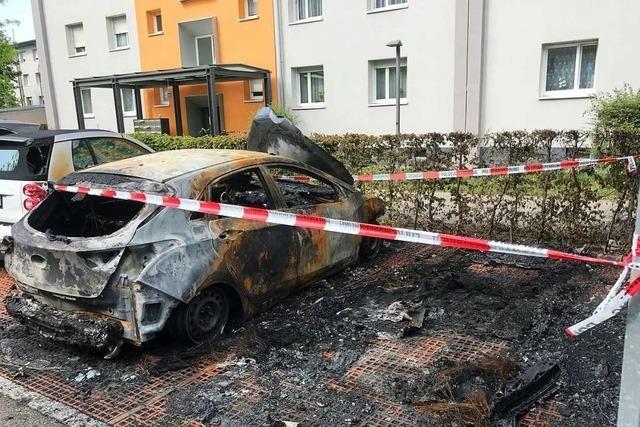 Zwei Autos brennen in Lörrach vollständig aus