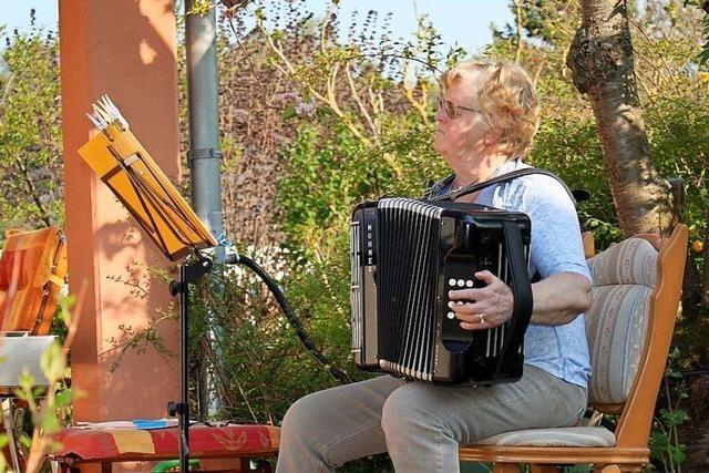 Angelika Heumann aus Ringsheim musiziert täglich auf der Terrasse
