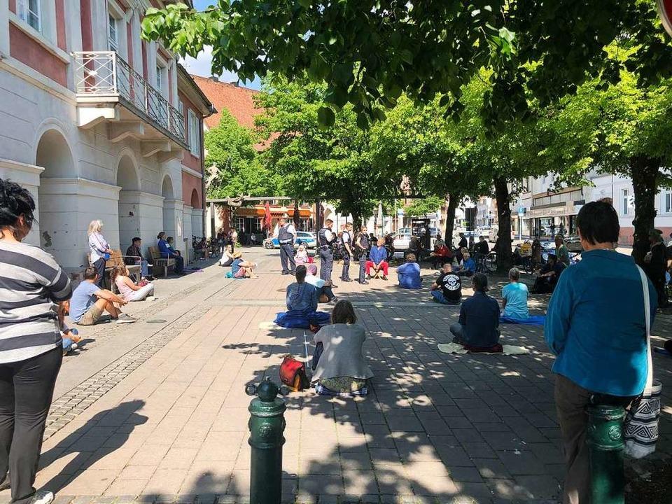 Sitzend Zeichen setzen wollten rund 40...Freiheitsrechte zum Ausdruck brachten.  | Foto: Monika Weber
