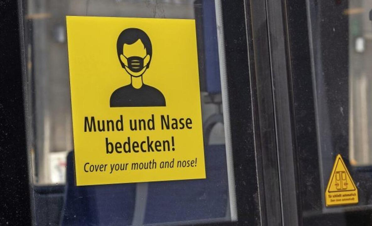 Auch in Offenburg  muss ab diesem Mont...rkehr ein Mundschutz getragen werden.   | Foto: Peter Kneffel (dpa)