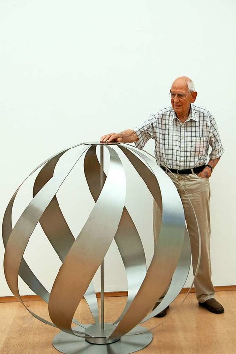 """Roland Phleps mit seiner Skulptur """"Flammenkugel""""    Foto: Roland Phleps"""