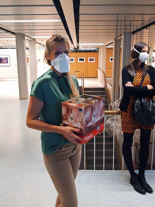 Eberhardts Tochter hilft beim Sekt verteilen.  | Foto: Verena Pichler