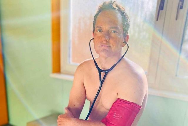 Hausärzte zeigen sich nackt – weil Schutzkleidung fehlt