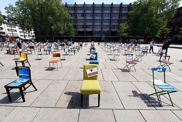 Fotos: Freiburger Gastronomen machen mit leeren Stühlen auf ihre Lage aufmerksam