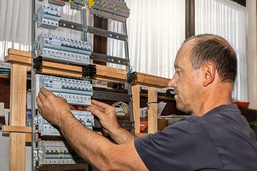 Stefan Faller von  Elektro-Faller in S...einer Schaltanlage für ein SmartHome.     Foto: (c) Gerd Lache