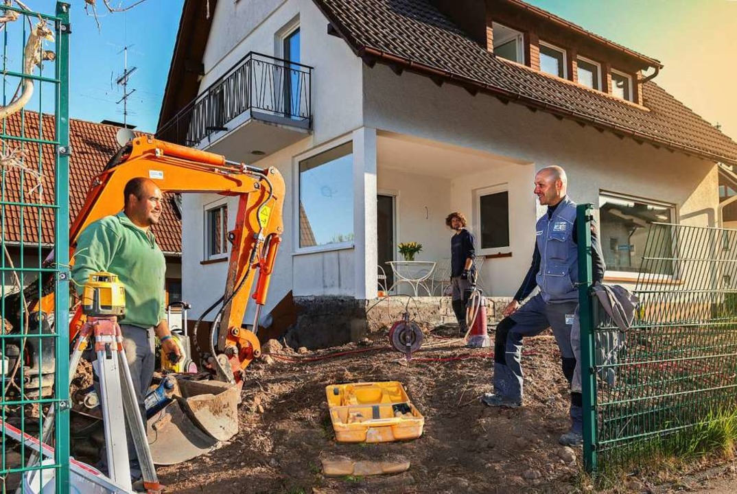 Marc Schubnell, Geschäftsführer der  F...beiter Andre Costa auf der Baustelle.     Foto: (c) Gerd Lache
