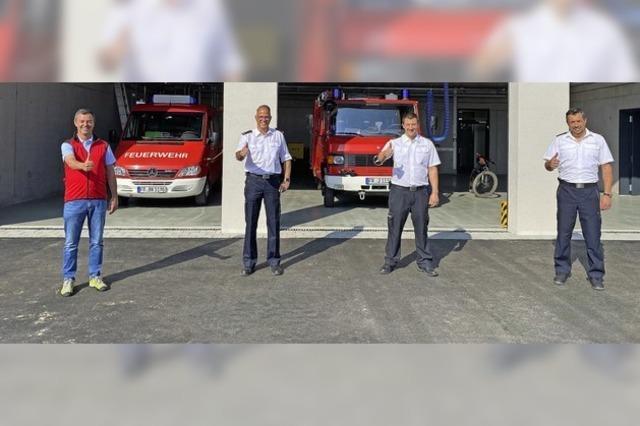 Feuerwehrleute ziehen in ihr neues Gerätehaus in Tunsel