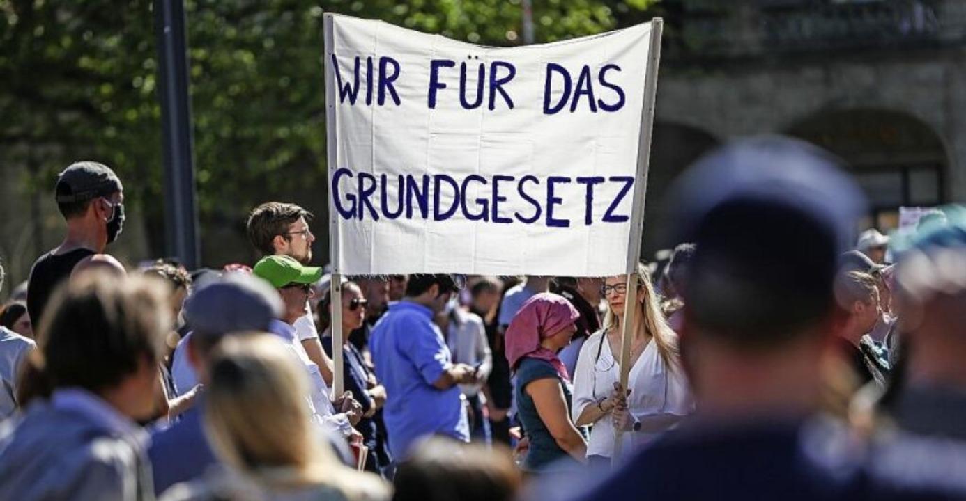 In Stuttgart demonstrierten am Wochene...hat, richten sich mehrere Leserbriefe.  | Foto: Christoph Schmidt (dpa)