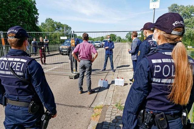 Spendenübergabe mit Polizeieskorte an der geschlossenen Grenze bei Sasbach