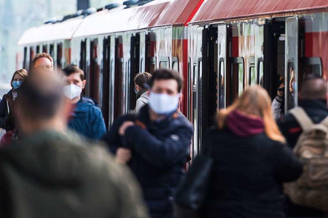 Fahrgäste der Hamburger S-Bahn sind mi... kleine Erfolge nicht immer von Dauer.  | Foto: Daniel Bockwoldt (dpa)