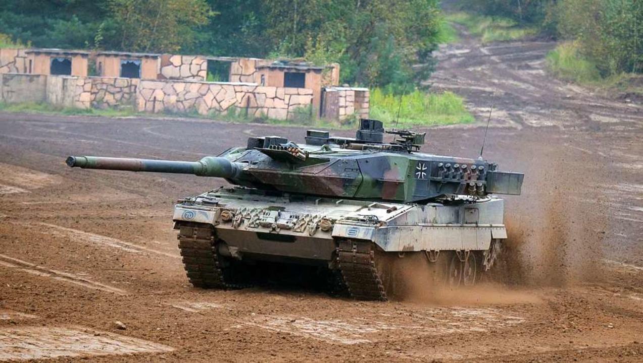 Ein Kampfpanzer vom Typ Leopard 2A6 fä...iedersachsen)  über einen Übungsplatz.    Foto: Philipp Schulze