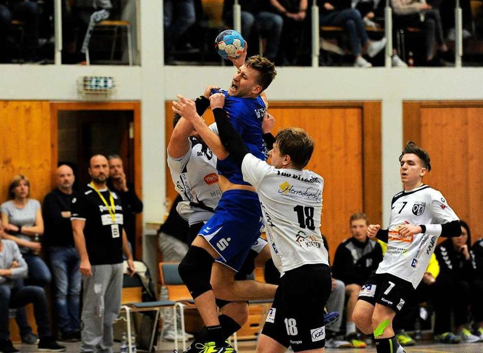 Der TuS Schuttern (blaues Trikot) brin...Männern das Landesliga-Spielrecht mit.    Foto: Pressebüro Schaller