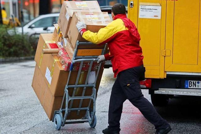 Die Menschen verschicken so viele Päckchen wie an Weihnachten