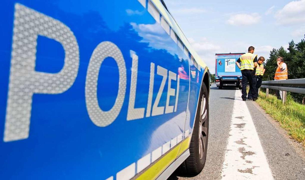 Die Polizei regelte nach dem Lasterunf...es umgekippten Anhängers teils ganz.    | Foto: Julian Stratenschulte