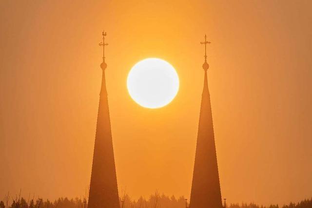 So schön ist die Pfarrkirche Sankt Laurentius im Morgengrauen