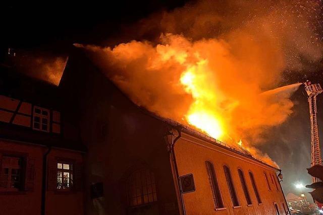 Großbrand zerstört historisches Gebäude in der Kenzinger Innenstadt