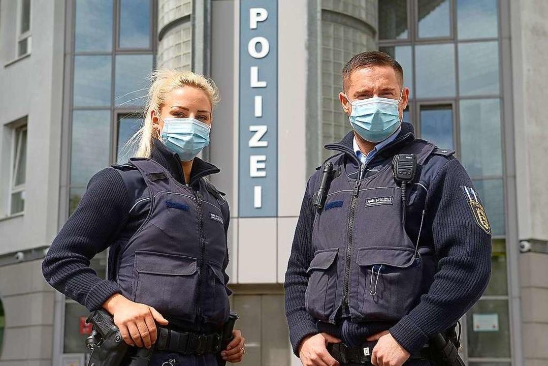 Freiburger Polizeistreife vor dem  Polizeirevier Nord in Corona-Zeiten.  | Foto: Ingo Schneider