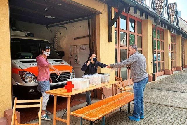 Rotes Kreuz Umkirch verteilt Mund- und Nasenmasken aus Heimarbeit