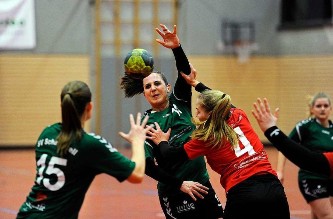 Der SV Schutterzell (grüne Trikots) br...ie Handball-Landesliga der Frauen mit.  | Foto: Pressebüro Schaller