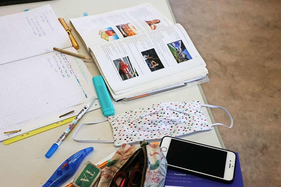 Neben Schulbüchern und Schreibutensili... auch Gesichtsmasken  zum Schulalltag.  | Foto: Bodo Schackow (dpa)
