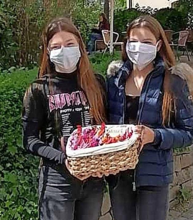 Lea und Laura vom Jugendzentrum Schmieheim mit Maske und  Danke-Säckchen.  | Foto: Privat