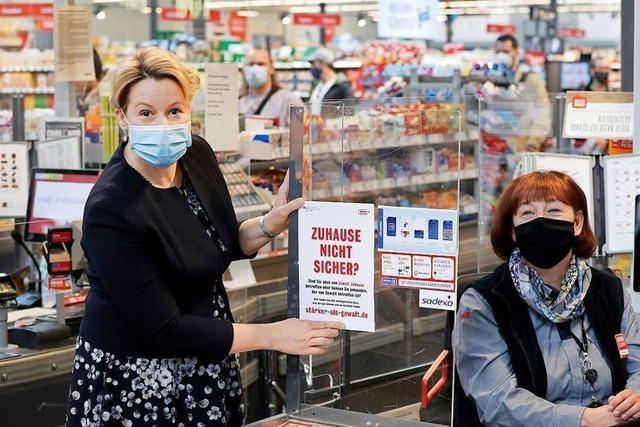 Bundesfrauenministerin Giffey startet Supermarkt-Aktion gegen häusliche Gewalt