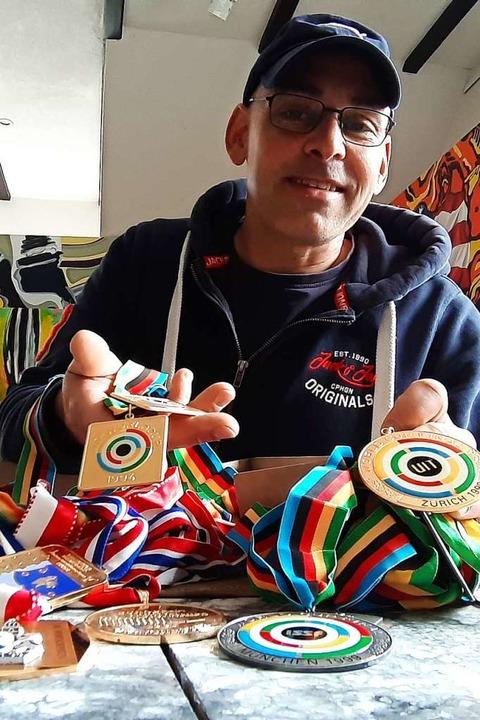Jede Menge Edelmetall: Daniel Leonhard...lte als Sportschütze einen Weltrekord.  | Foto: Johannes Bachmann