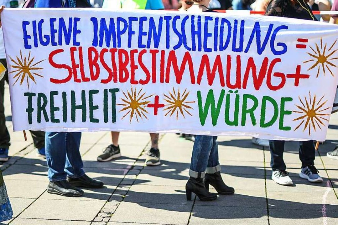 Mit diesem Transparent wurde am Samsta...wieder eine Demo in diesem Sinn geben.  | Foto: Christoph Schmidt (dpa)