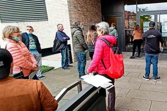 Nach Terminpanne gab's Stau vor der Zulassungsstelle in Emmendingen