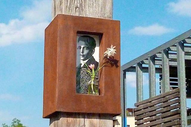 Blumenschmuck am Elser-Denkmal in Vauban
