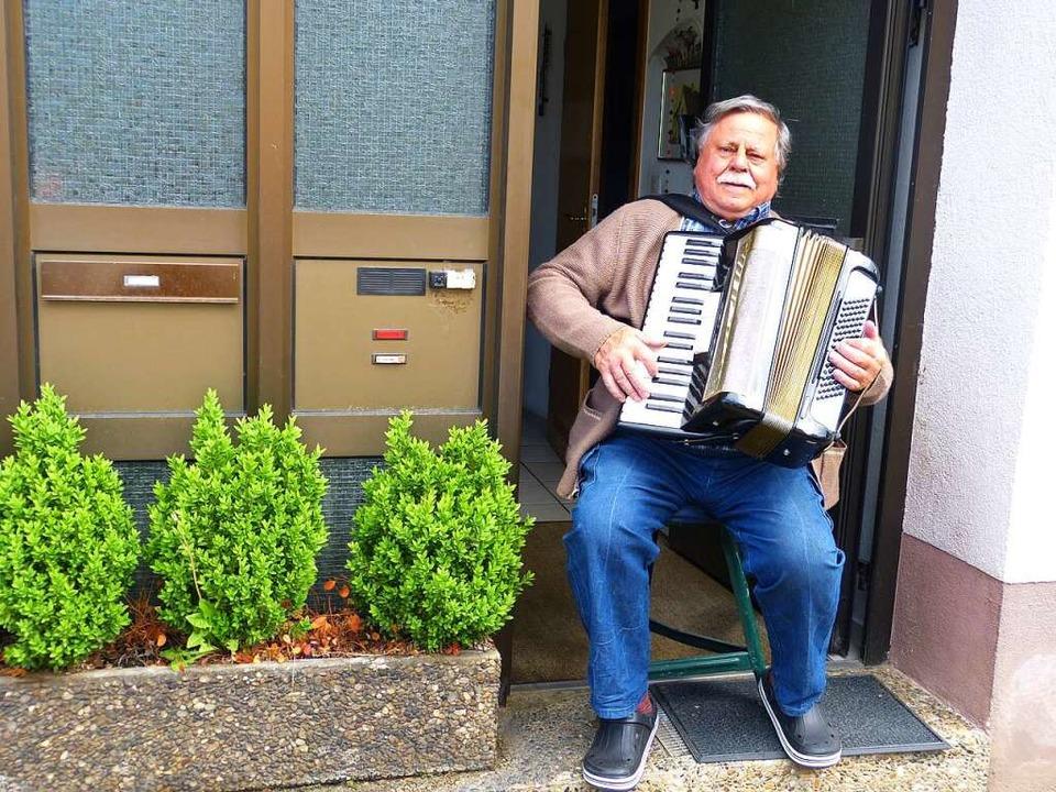 Wenn es um Musik geht, ist Fritz Büsch immer dabei.  | Foto: Aribert Rüssel