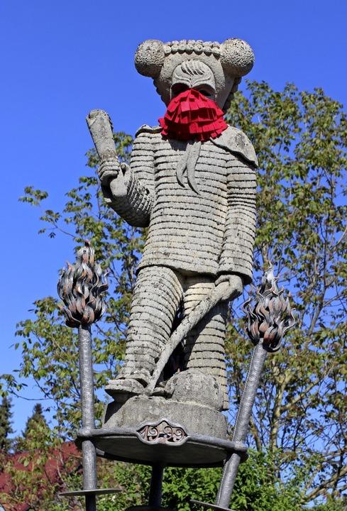 Rot sollte er  schon sein,  der typisc...inem der drei Elzacher Narrenbrunnen.     Foto: Bernd Fackler