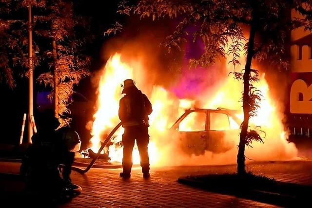 Feuerwehr löscht brennendes Auto auf Supermarktparkplatz in Lahr
