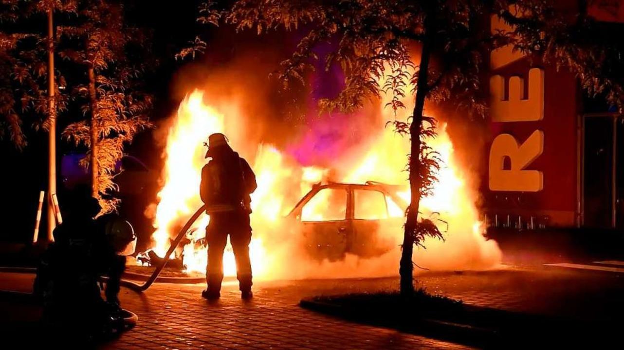 Die Feuerwehr löscht das brennende Auto.  | Foto: Wolfgang Künstle