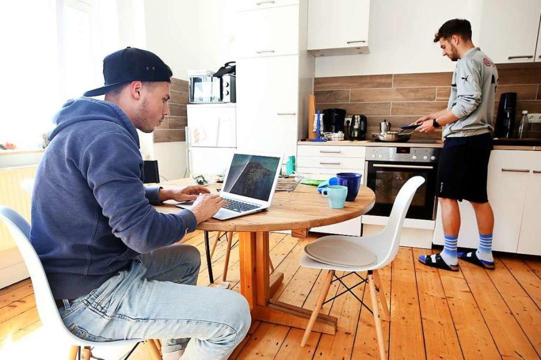Studieren in der WG-Küche statt in der Uni (Symbolbild)  | Foto: Roland Weihrauch (dpa)