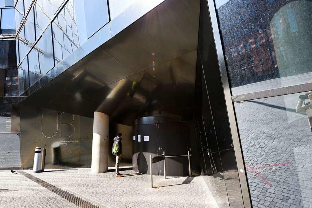 Am 13. März standen Studierende plötzlich vor  verschlossenen UB-Türen.  | Foto: Rita Eggstein