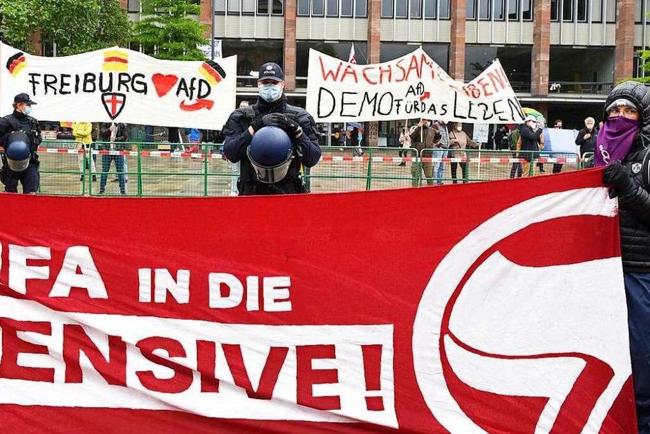 Die AfD demonstriert gegen die Corona-Maßnahmen der Bundesregierung und mehr als 10 mal so viele Teilnehmer in einer Gegendemonstration gegen die AfD (Foto: Rita Eggstein)