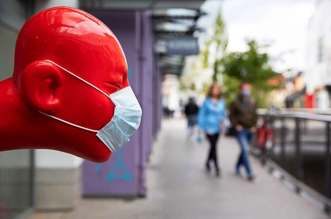 So ist's erlaubt: Knutschen mit Mundschutz.  | Foto: Friso Gentsch (dpa)