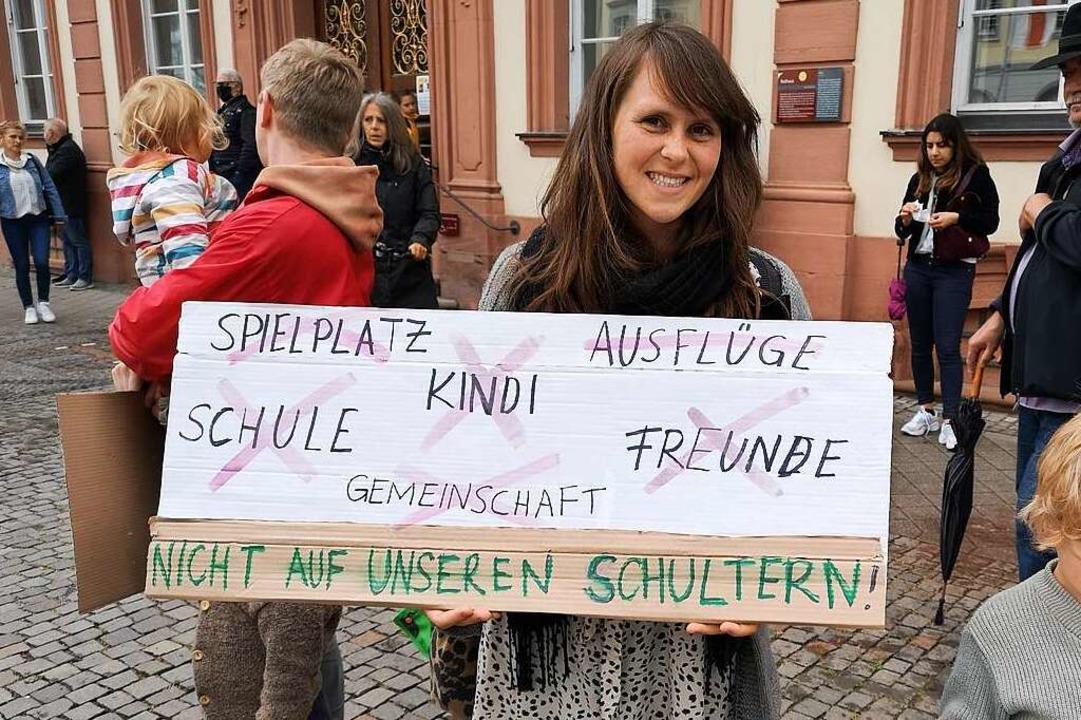 Diese Demonstrantin fordert wieder mehr Bewegungsfreiheit in der Gesellschaft.  | Foto: Ralf Burgmaier