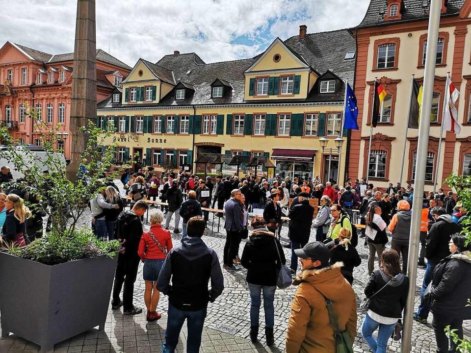 Knapp 300 Demonstranten versammelten s...ungen durch die Pandemie-Verordnungen.  | Foto: Ralf Burgmaier