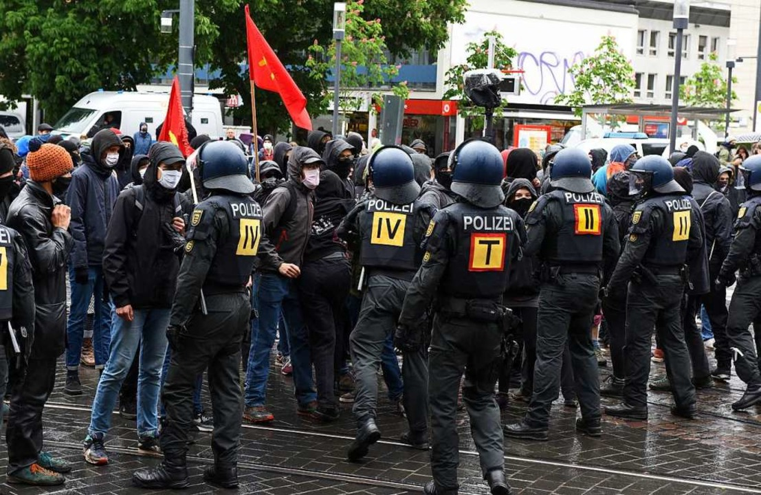 Die Polizei trennte Demonstranten und Gegendemonstranten.  | Foto: Rita Eggstein