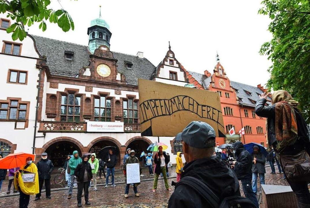 Ein Demonstrant hält ein Plakat mit de...zeige wegen Volksverhetzung erstattet.  | Foto: Rita Eggstein