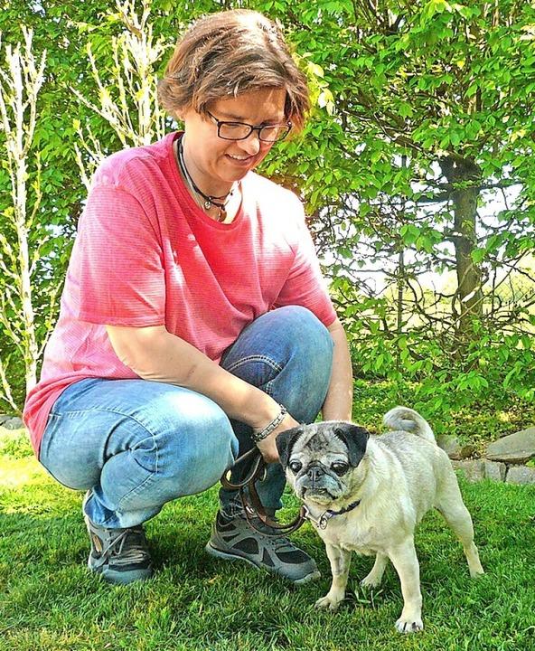 Tina Gwildies, Leiterin des Tierschutzzentrums, mit Fundhündin Kati  | Foto: Nina Herrmann