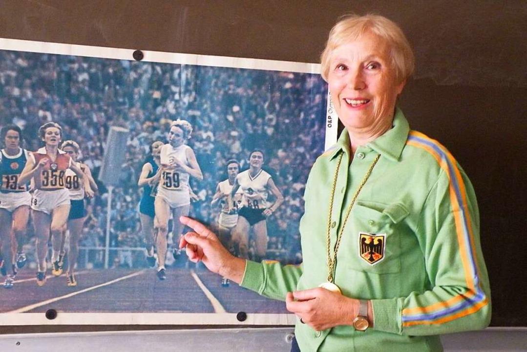 Hildegard Falck-Kimmich vor einem Foto... Olympia-Sieg im 800-Meter-Lauf zeigt.  | Foto: privat