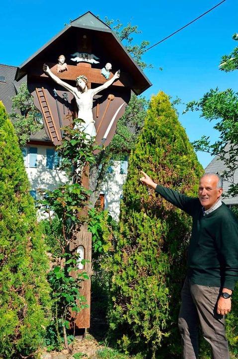 Das Vorgängerkreuz des jetzigen Wegkre...et worden, ist sich Franz Asal sicher.    Foto: Gerhard Lück
